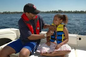 Far kontrollerer sin datters redningsvest.