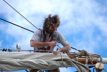 SingleHand sejler ordner storsejl